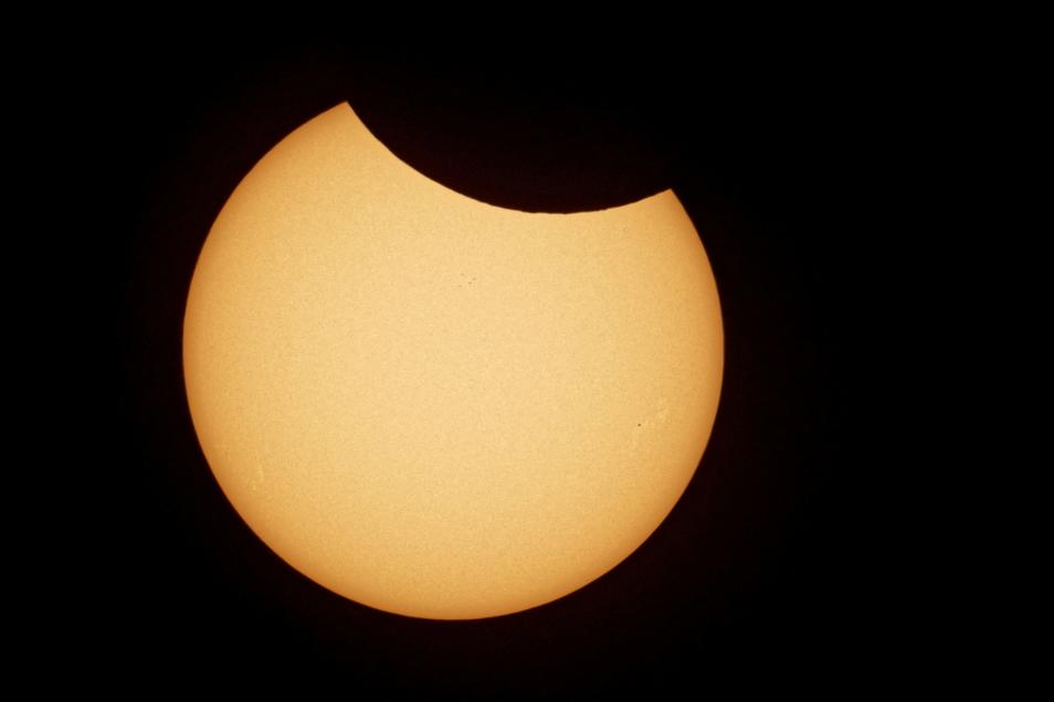 So sah die partielle Sonnenfinsternis im Teleskop aus.