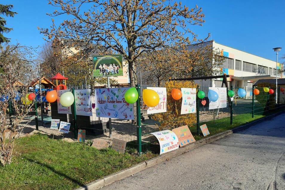 Plakate und Luftballons blieben am Zaun der Kita in Straßgräbchen zurück. Foto: privat