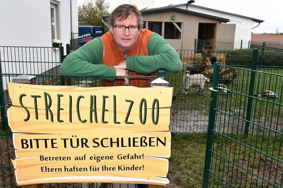 Markus Weinert ist der Inhaber des Sonnenhofs in Ossig und so etwas wie der menschlicher Ziehvater von Friedel. Der Mini-Keiler ist eine der Attraktionen im Streichelzoo.