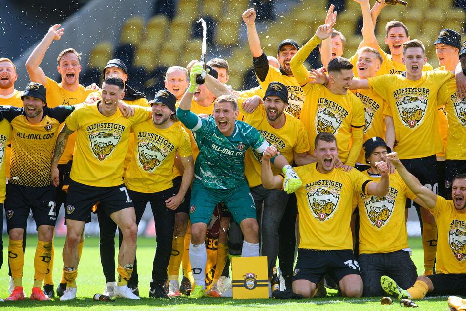 Nach dem Aufstieg im Mai feiern Dynamos Spieler um Torwart Kevin Broll (M).