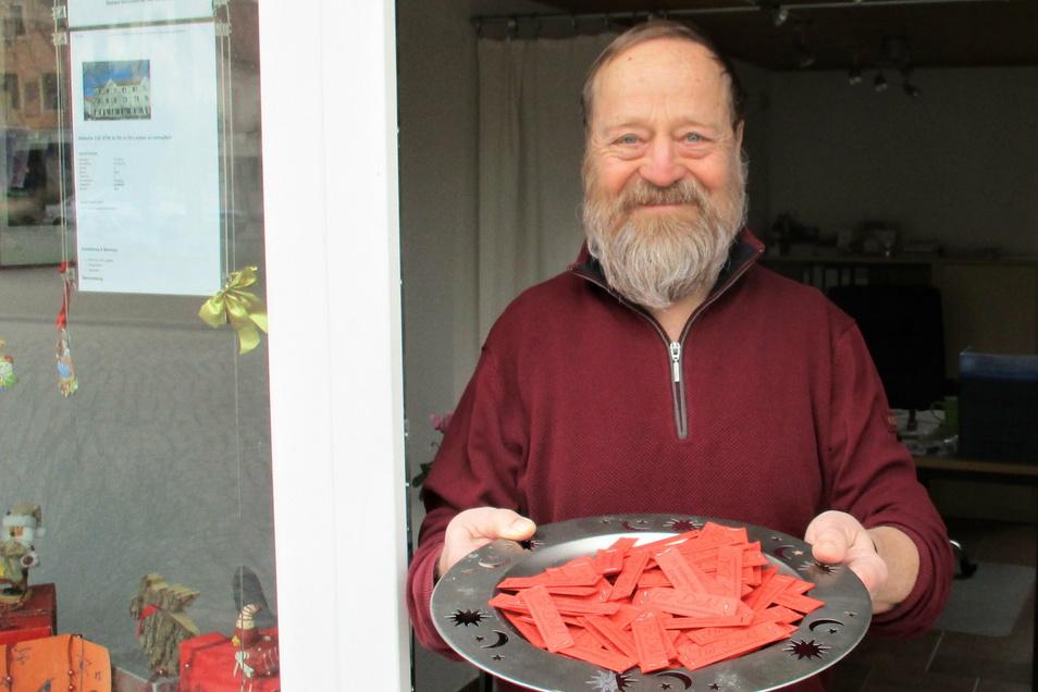 Michael Freund verkauft in seinem Immobilienbüro Lose der Weihnachtslotterie.