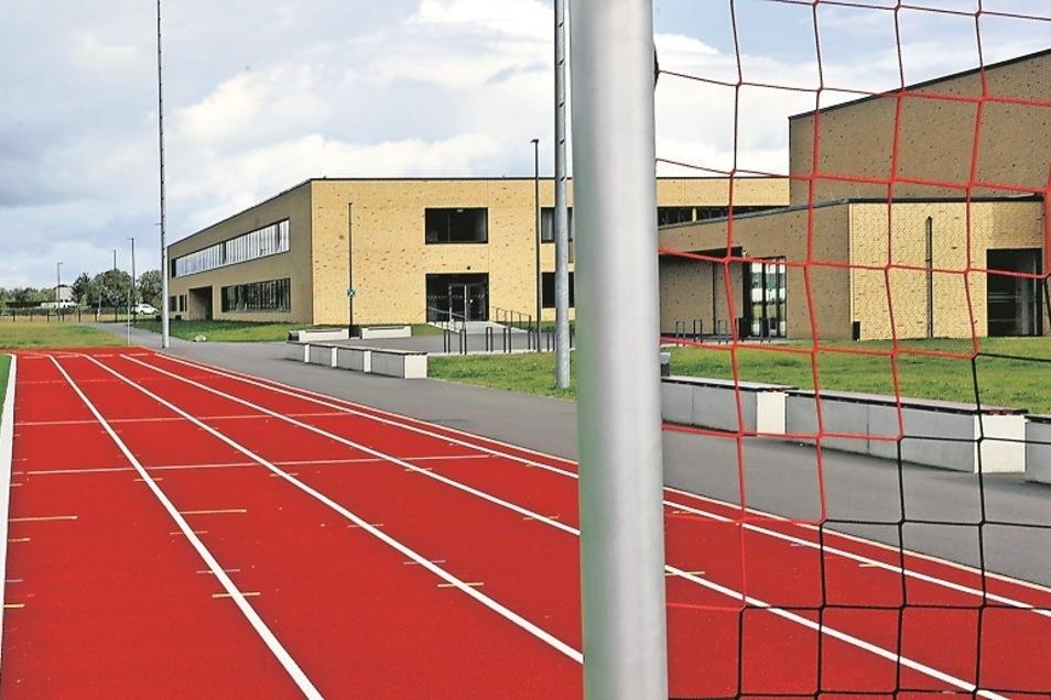 """Wegen der hervorragenden Bedingungen in der neuen Sporthalle und auf den Außenanlagen beteiligt sich die Grundschule Schleife am Wettbewerb um den Titel """"Bewegte Grundschule"""" – mit Unterstützung des SV Lok Schleife."""