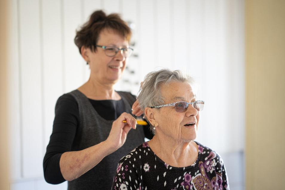 Mehrmals täglich schaut Kerstin Sobe bei ihrer demenzkranken Mutter vorbei, übernimmt die Körperpflege und versucht, Rituale beizubehalten.