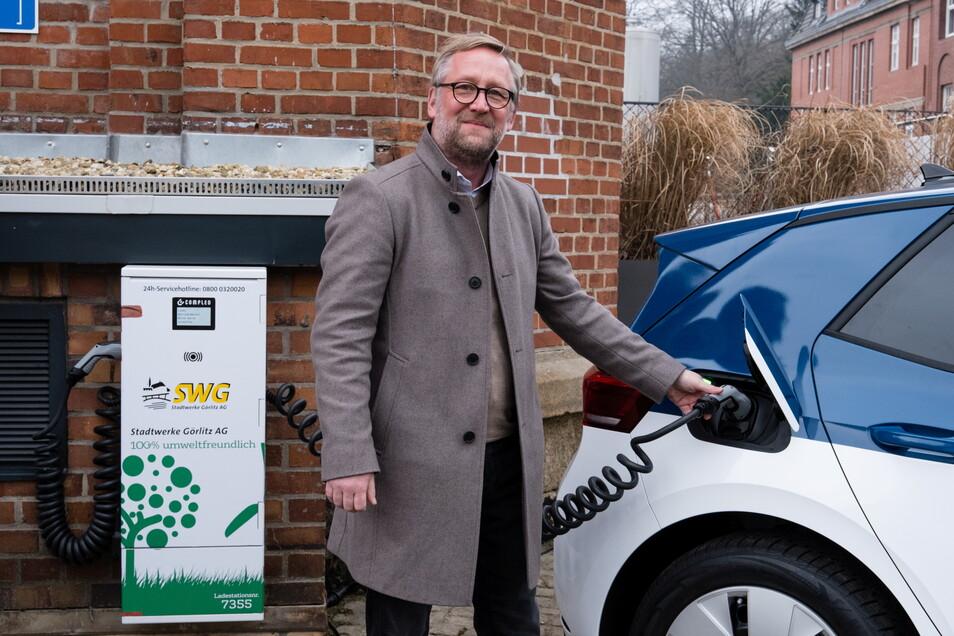 Uwe Köhler, Geschäftsführer der Landskron Brauerei Görlitz, schließt das erste Elektro-Auto der Unternehmensflotte an die neue E-Tankstelle auf dem Hof der Brauerei an.