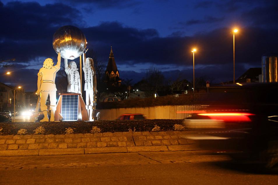 Leuchtet wieder: die stählerne Riesenskulptur im Kreisverkehr vor dem Riesaer Krankenhaus. Im Hintergrund die Trinitatiskirche.