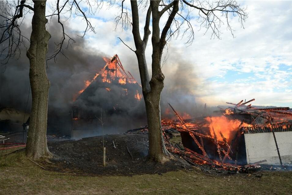 Trotz Hubbühne konnte die Feuerwehr an den übrigen Gebäuden nicht mehr viel ausrichten.