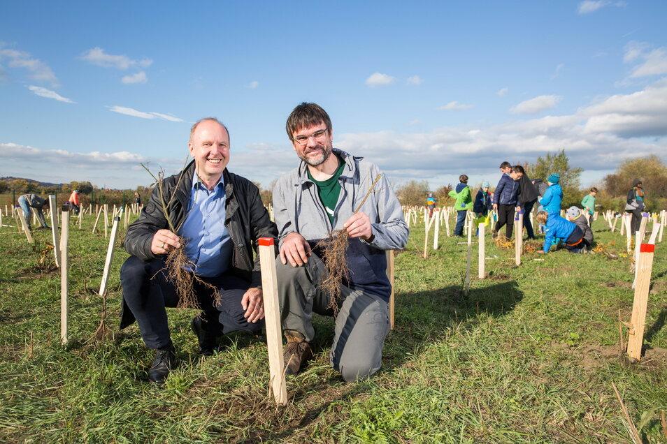 Kai Andersch von Wilderness International, hier beim Pflanzen mit Ralf Strothteicher von der Stadtentwässerung.