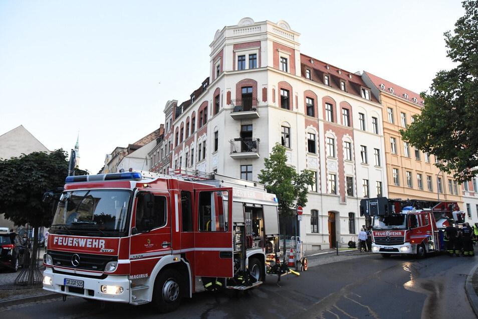 Große Aufregung am Freitagabend: Während das Altstadtfest beginnt, rückt die Feuerwehr zum Wohnungsbrand in die Hugo-Keller-Straße aus.