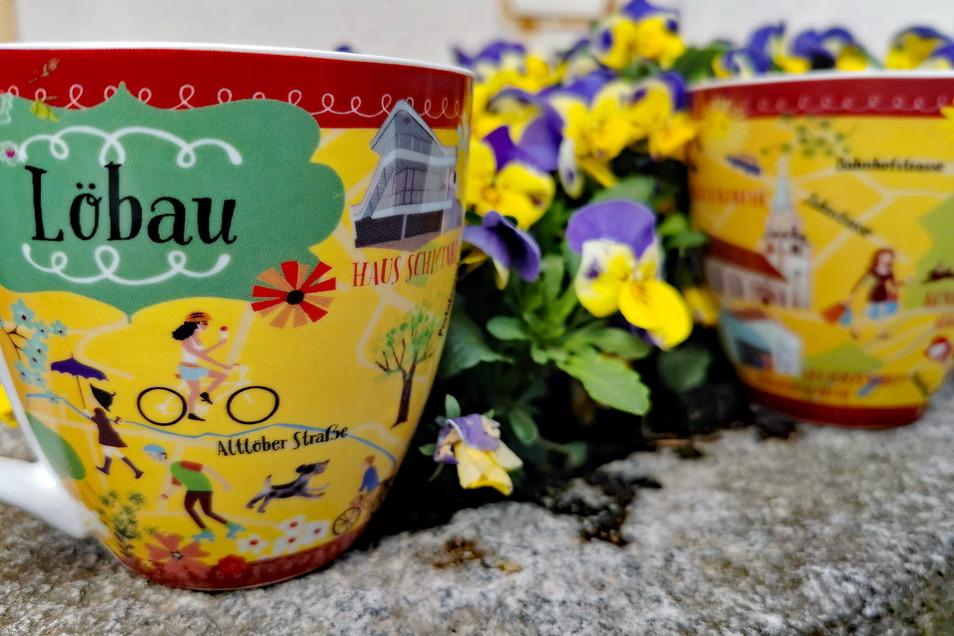 Diese Tassen mit Löbau-Motiv gibt es jetzt in der Löbau-Information zu kaufen. Weitere farbenfrohe Souvenirs sind geplant.