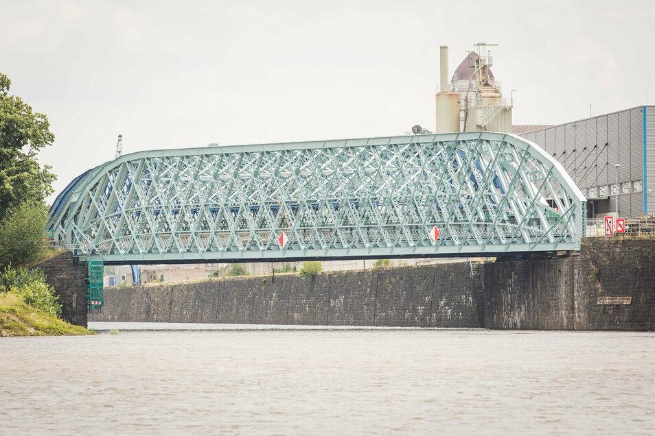 Das kleine Blaue Wunder wurde komplett neu gestrichen. Auf der alten Brücke wurden Farbreste von 1893 entdeckt. Das Hellblau entspricht genau diesem Farbton.
