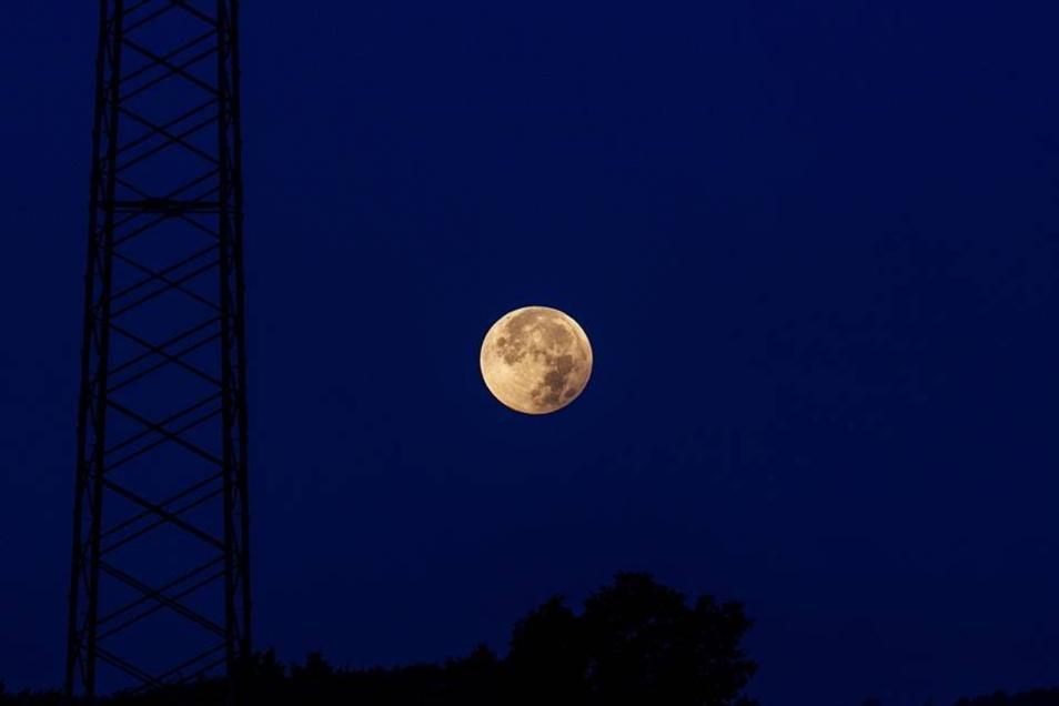 Für diese Bilder stand so mancher am Montagmorgen ganz besonders früh auf: Die totale Mondfinsternis war trotz einiger Wolken auch über dem Landkreis Bautzen recht gut zu sehen.