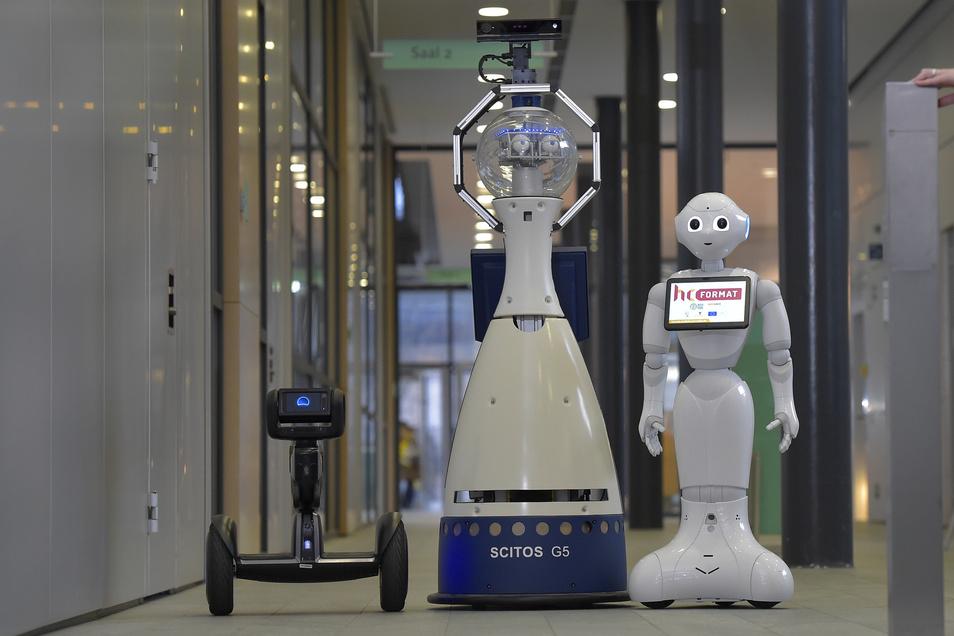 Die Serviceroboter Loomo, Anna Constantia und Pepper (v.l.) könnten menschlichen Pflegekräften schon bald die tägliche Arbeit erleichtern.