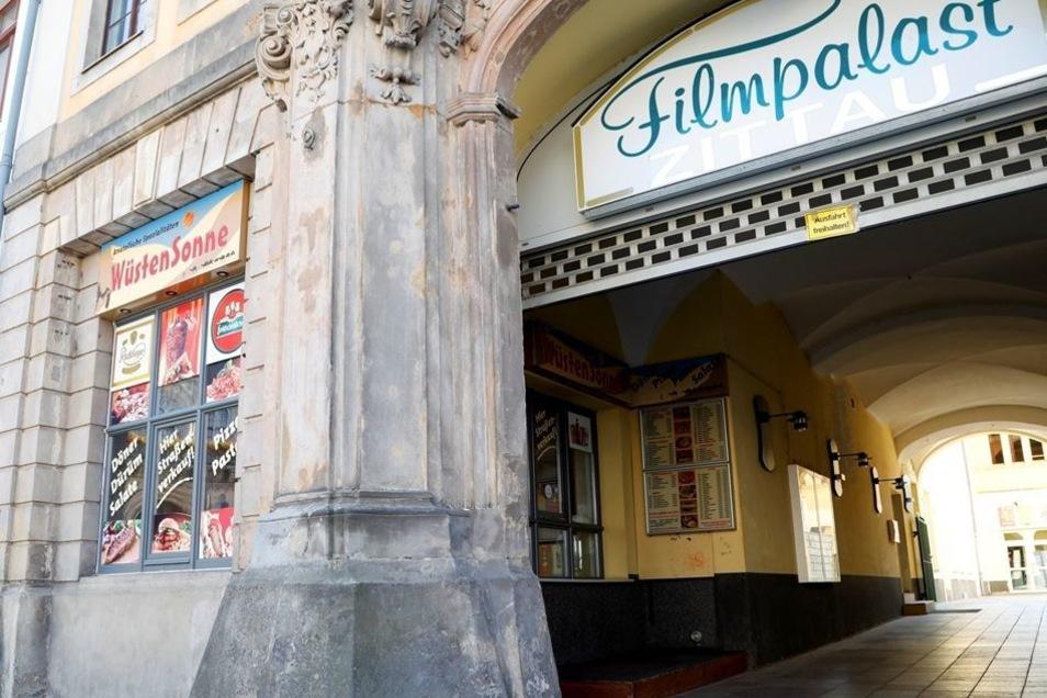"""Döner am Markt geschlossen: Die """"Wüstensonne"""" am Zittauer Markt, direkt am Eingang zum Filmpalast, hat seit einigen Wochen geschlossen. Das bestätigen auch Anwohner. Der ehemalige Betreiber des Döner-Imbisses war für eine Stellungnahme nicht zu erreichen,"""