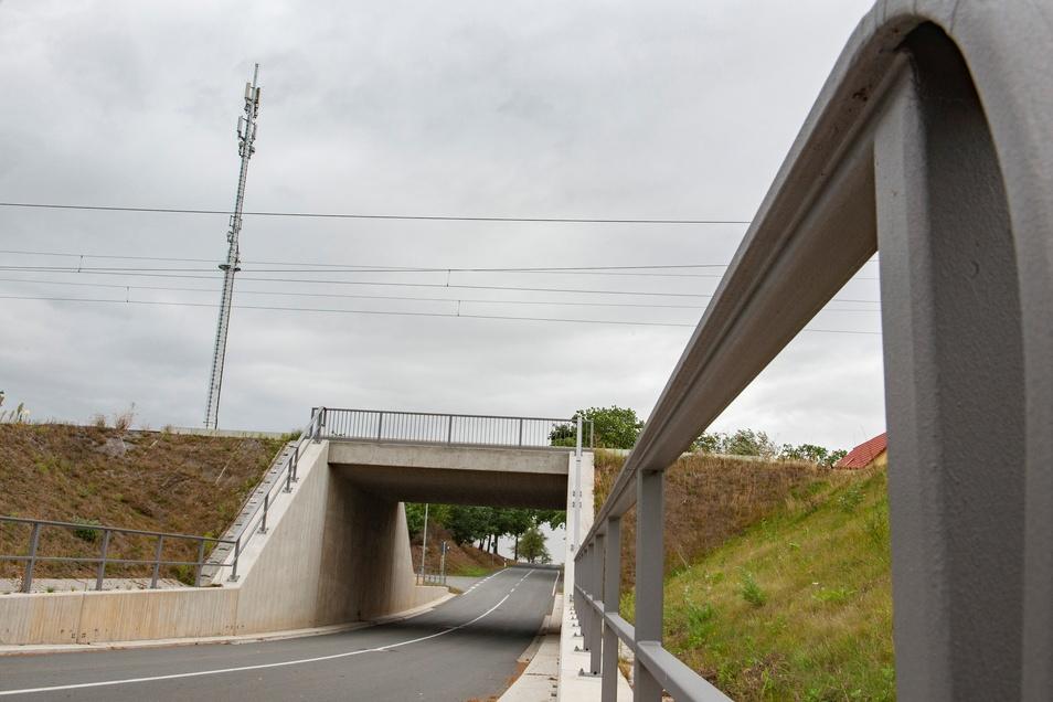 Die Bahnüberführung der Straße Zur Waage im Großenhainer Ortsteil Treugeböhla.