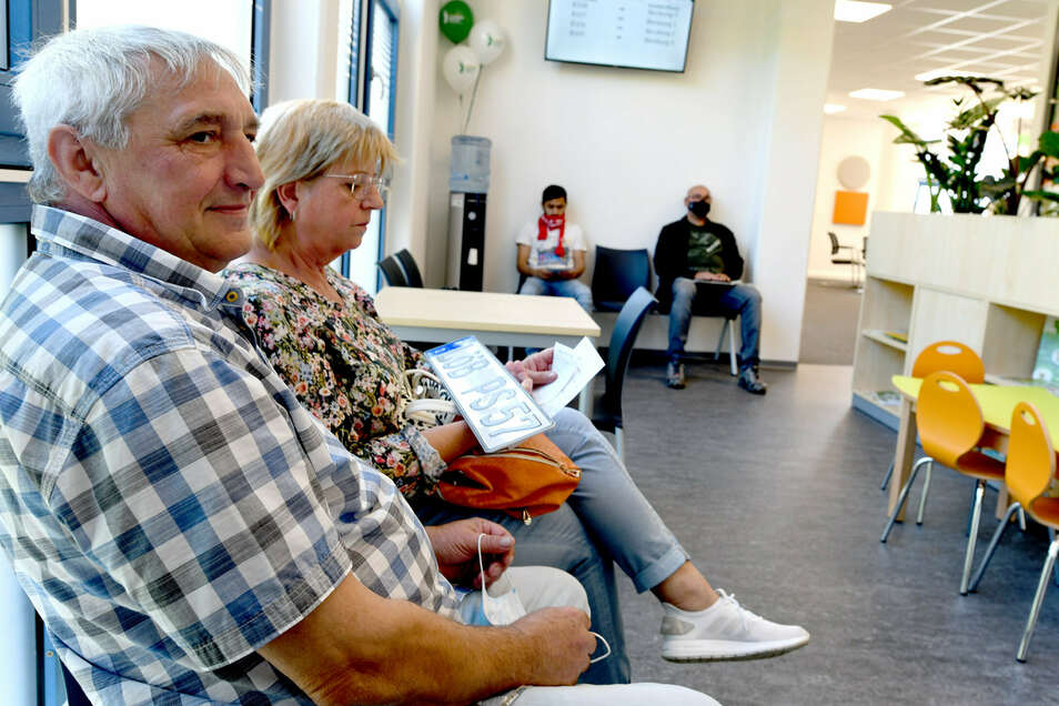 Sie mussten für die Autoanmeldung nicht bis Zittau: Die Obercunnersdorfer Stephan und Petra Lemke (von links) im neuen Bürgerbüro in Löbau.