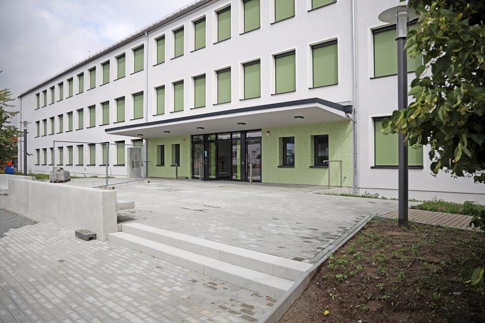 Die Oberschule Am Merzdorfer Park lässt Riesa für mehr als elf Millionen Euro sanieren. Und am Ende soll auch eine DDR-Skulptur hierher zurückkehren.