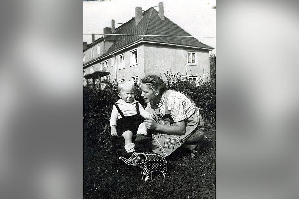Am 9. September 1940 wird Marcel Weises Sohn Gert geboren. Dieses Bild, das Weise bis Kriegsende im Soldbuch trug, zeigt Gert mit Mutter Marta auf einer Wiese der Pirnaer Südvorstadt.