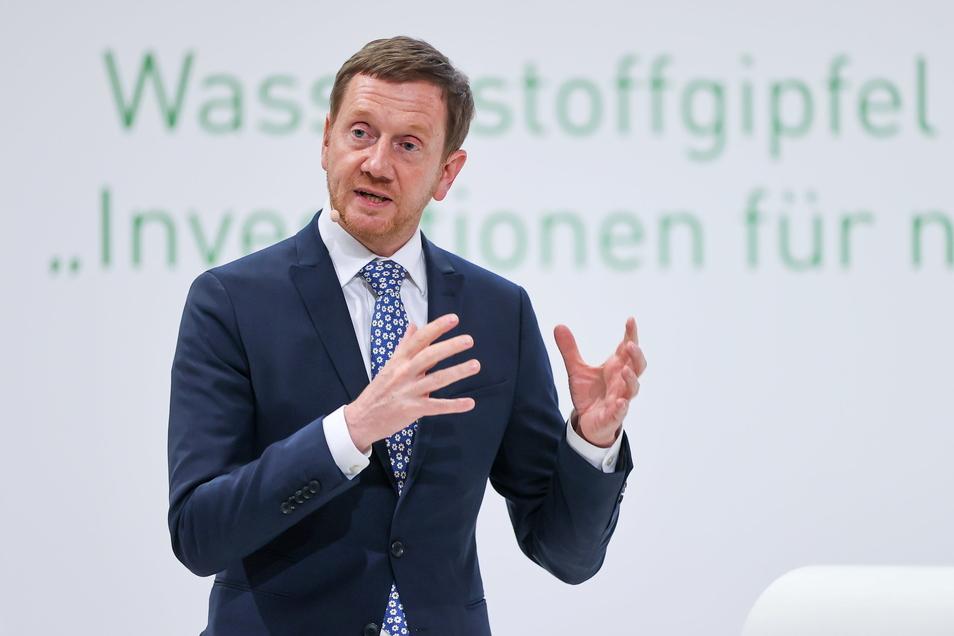 Sachsens Ministerpräsident Michael Kretschmer (CDU) lobte Manuel Neuer für die Haltung, dass der deutsche Kapitän auch gegen Ungarn eine Kapitänsbinde in Regenbogenfarben tragen wird.
