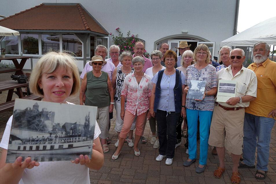 Marianne Thormann zeigt ein Foto der Fritz Weineck. Mit diesem und einem weiteren Pionierschiff waren sie und die anderen Frauen und Männer als Kinder unterwegs.