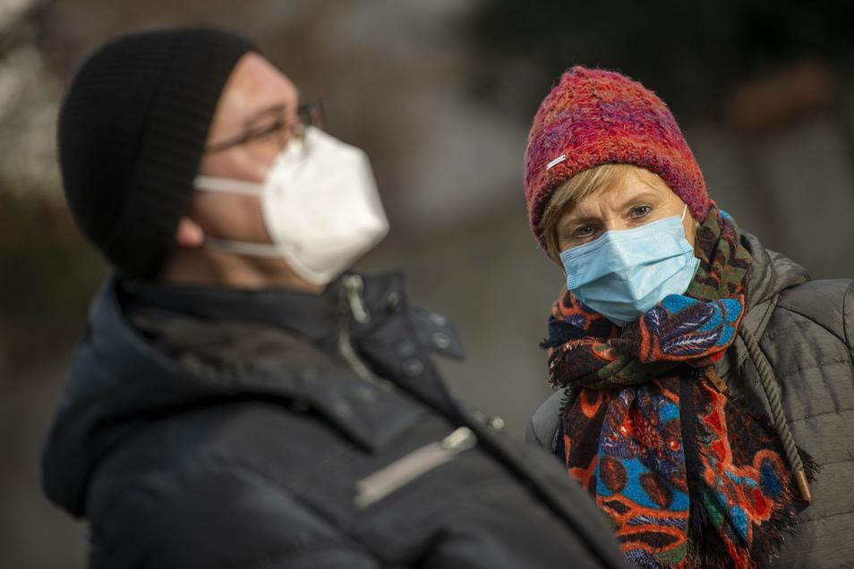 Das sind die beiden Maskenarten, mit denen eingekauft oder in öffentlichen Verkehrsmitteln gefahren werden soll - vorn die FFP2-Maske, hinten die weiß-blaugrüne medizinische OP-Maske.