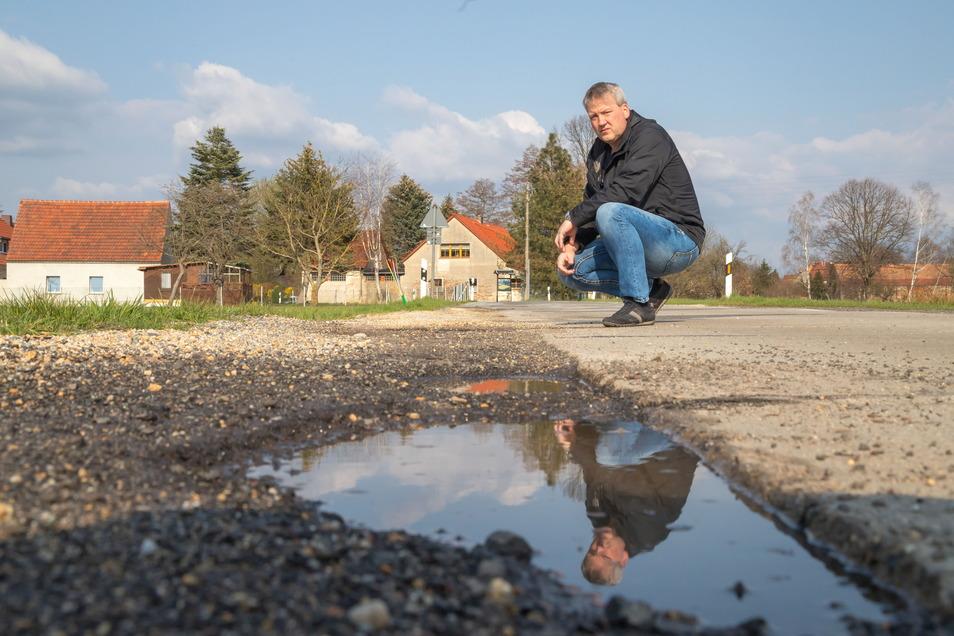 Ortsvorsteher Jörg Koltermann ist sauer auf den Landkreis, weil der Ort mit dem Ausbau der Kreisstraße nach Horka von Jahr zu Jahr vertröstet wird.