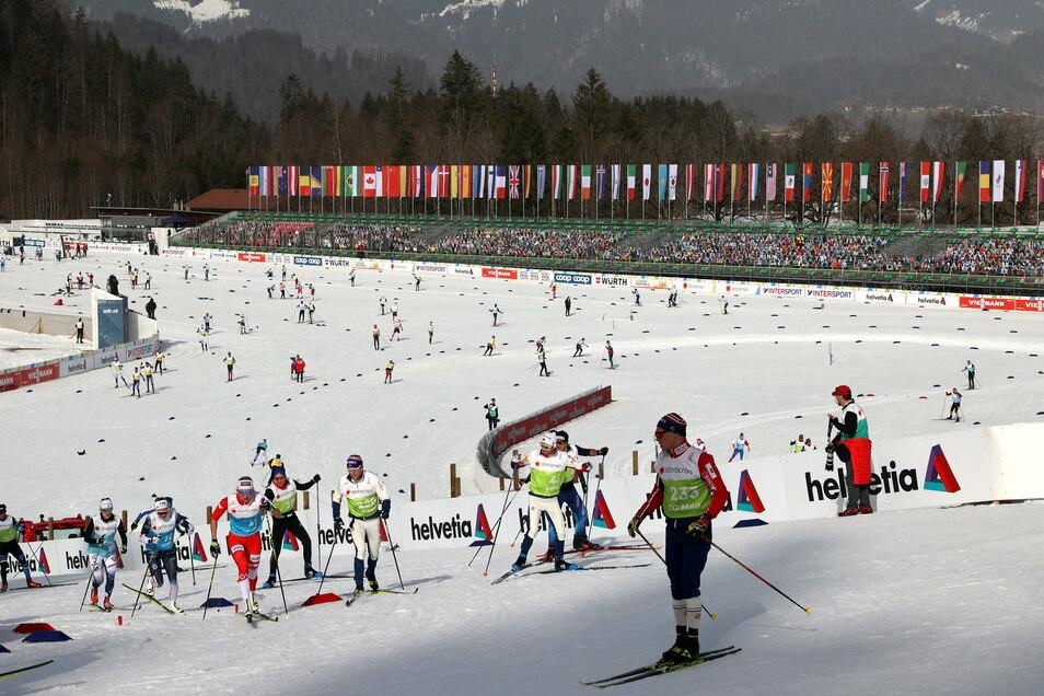Athleten trainieren im Oberstdorfer Langlaufstadion vor auf den Tribühnen platzierten Pappfiguren, die die Zuschauer ersetzen sollen.