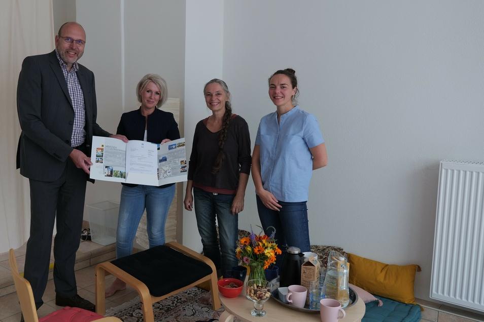 Bei der Übergabe des Fördergeldbescheides (v.l. OB Olaf Raschke, Christine Hauke, Grit Stephan und Giulia Ferrari)