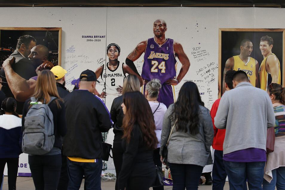 USA, Sacramento: Fans versammeln sich von dem Golden 1 Center zum Gedenken an Kobe Bryant und seine Tochter Gianna.