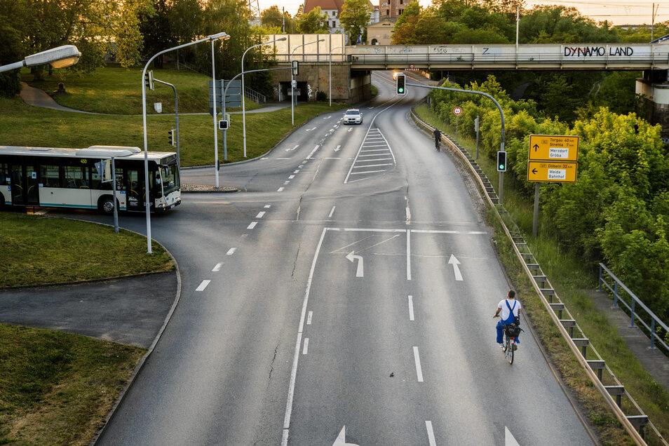 Abends gibt es an der Kreuzung zwischen den Riesaer Elbbrücken weniger Autoverkehr als tagsüber. Riskant ist das Radfahren dort trotzdem. Seit Jahren ist deshalb eine neue Wegführung im Gespräch. Der Startschuss für die Planung aber fehlt.