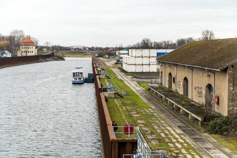 Der Südkai im Riesaer Hafen: Dort soll einmal das neue Terminal entstehen. Mit dem Bauwerk sollen Schiff, Bahn und Lkw verbunden werden. Das Foto stammt aus dem Februar 2020.