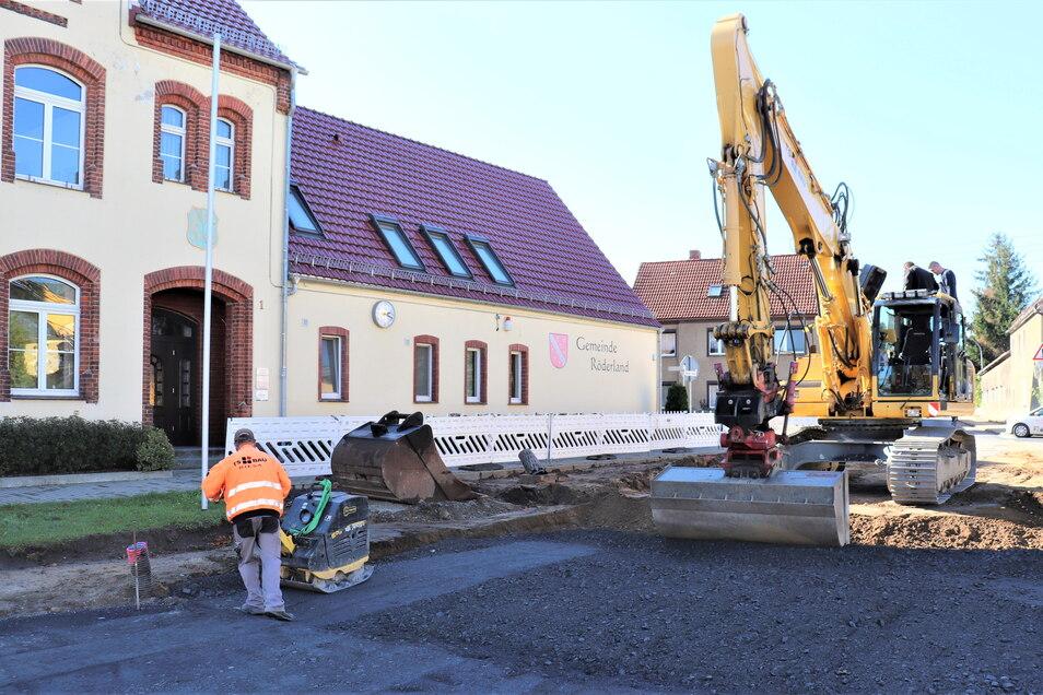 Die B-169-Baustelle in Prösen ist mitten im Dorf angekommen. Jetzt wird der nächste Abschnitt asphaltiert.