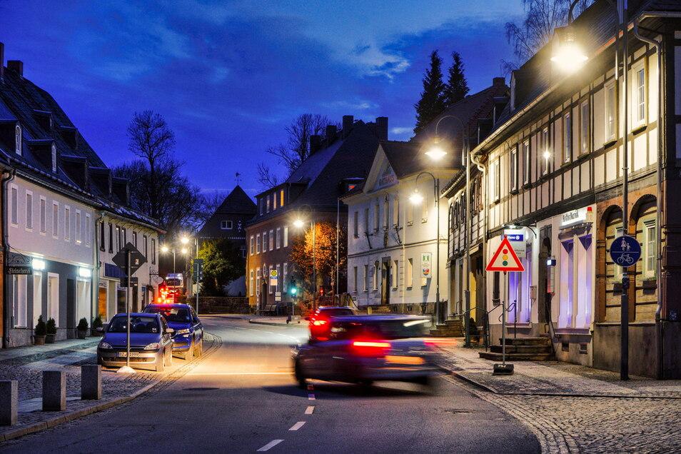 Die Straßenbeleuchtung am Marktplatz in Schirgiswalde wirkt heimelig und vermittelt Sicherheit. Sie kostet aber auch Geld. Deshalb wird diskutiert, sie in den Nachtstunden abzuschalten.