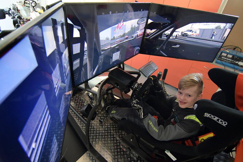 Sitzt fast jeden Tag eine Stunde in der Garage im heimischen Rennsimulator und trainiert für seine Motorsportkarriere: der Sittener Kartpilot Jonas Ungnader.