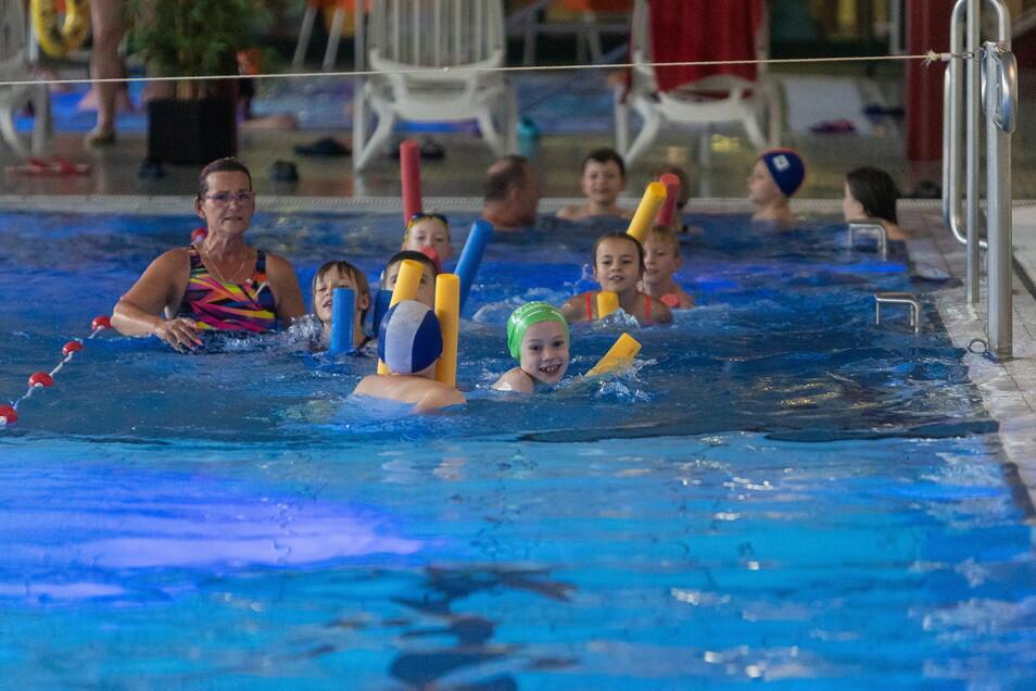 Manuela Seidel gibt eine Probestunde für Kinder, die noch nicht sicher schwimmen.