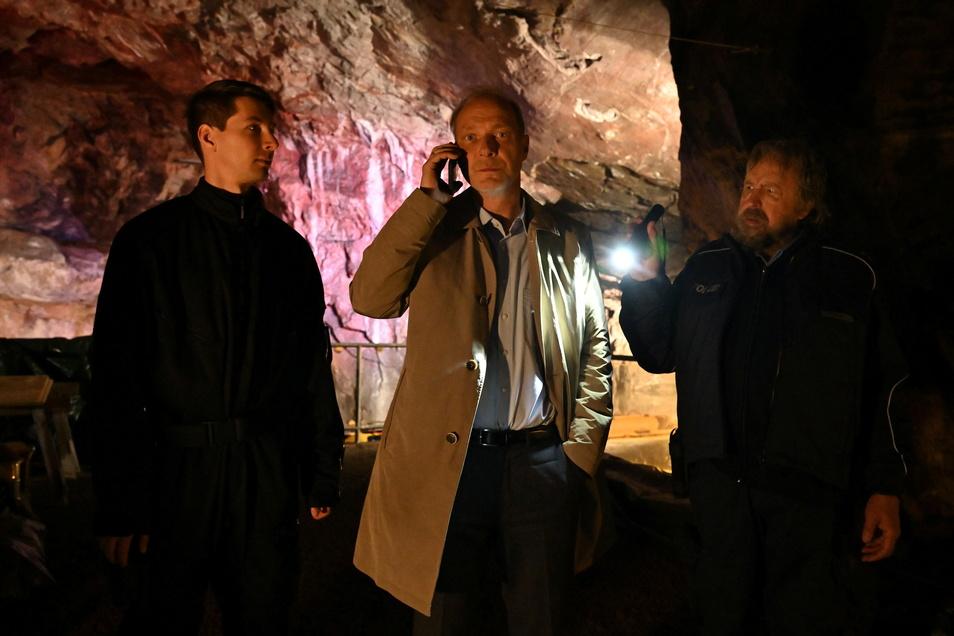 Martin Brambach alias Kommissariatsleiter Peter Michael Schnabel (m.) bei den Dreharbeiten zum jüngsten Tatort in einem alten Bergbau bei Radebeul.