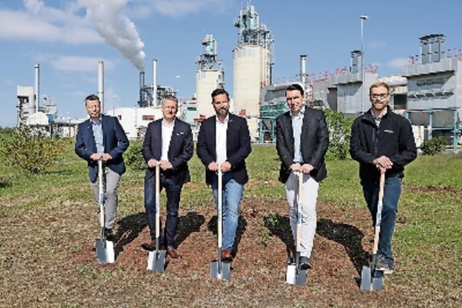Als kurz die Sonne schien, stellten sich die Kronospan-Geschäftsführer Tino Hesse (2.v.l.) und David Brenner (Mitte), Kronospan-Projektleiter Stephan Walther (rechts) und Vertreter der Firma Jungheinrich zum Foto auf.