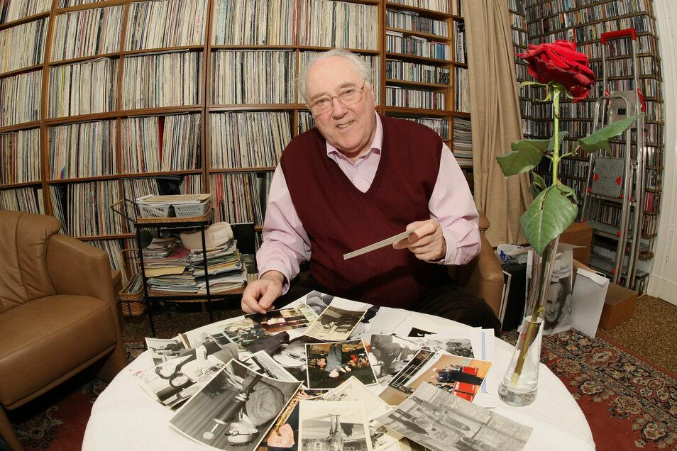 Karlheinz Drechsel in seinem Arbeitszimmer in Berlin. Der gebürtige Dresdner war als Moderator untrennbar mit dem Dixieland-Festival verbunden, hatte jedoch auch ein Faible für modernen Jazz. Jetzt ist er im Alter von 89 Jahren gestorben.