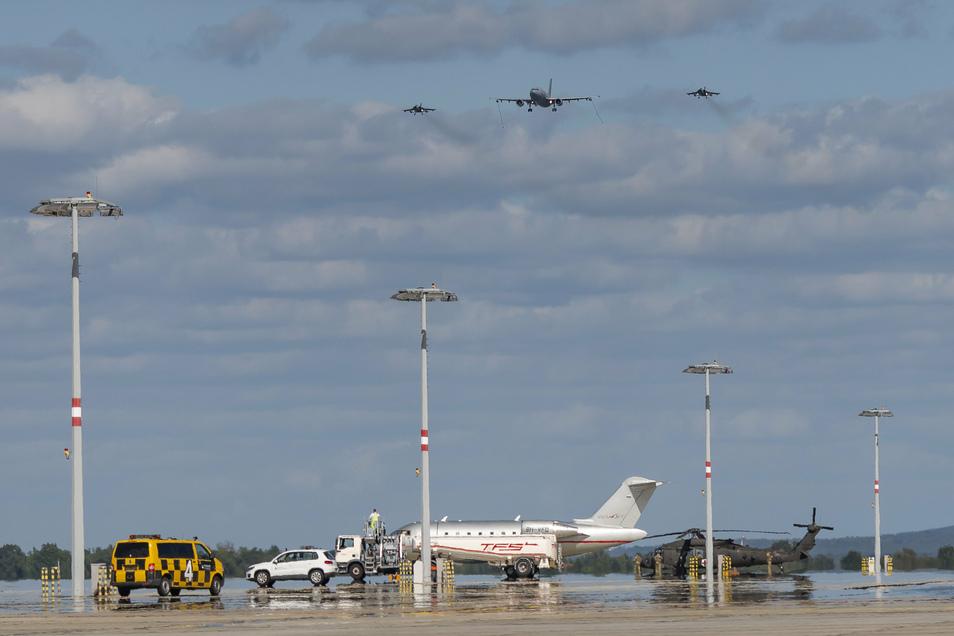 Die beien Kampfjets eskortierten den Airbus auf dem Abschieds-Überflug.