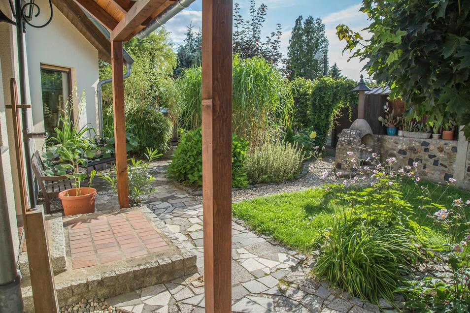 """Es herrscht """"Arbeitsteilung"""" bei Haufes: Sie werkelt im Haus, er draußen. Den Garten, hier nur ein kleiner Teil davon, hat Dirk Haufe wieder in ein Paradies verwandelt."""