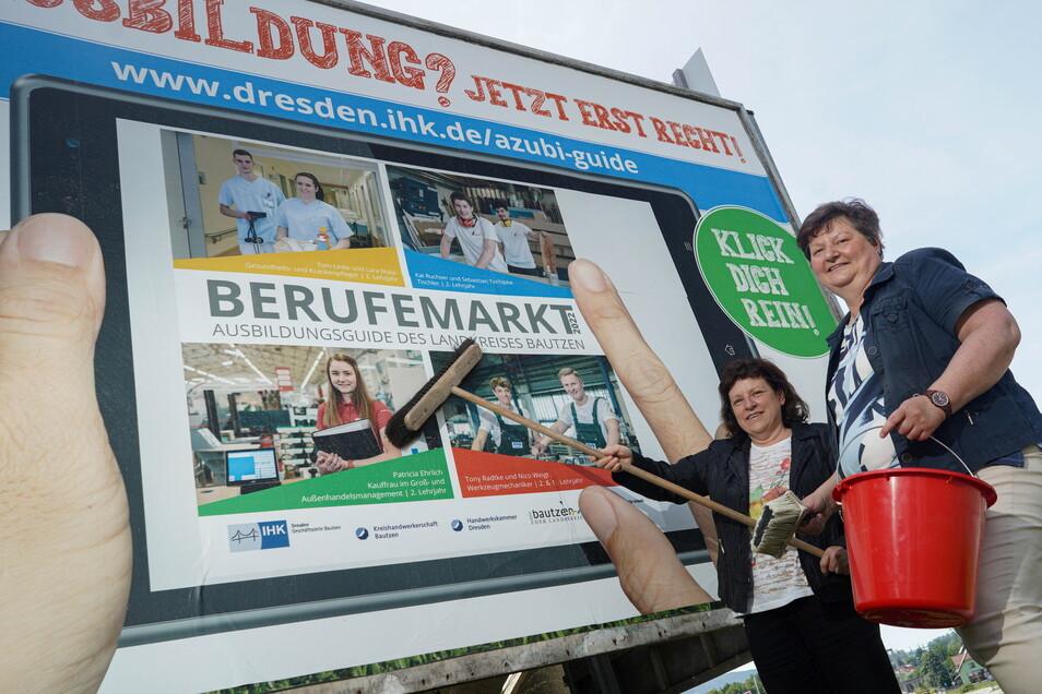 Mit Großplakaten werben IHK und Kreishandwerkerschaft für den neuen Ausbildungsguide für den Landkreis Bautzen, im Bild: Jeanette Schneider (l.) von der IHK und Sabine Gotscha-Schock von der Kreishandwerkerschaft.