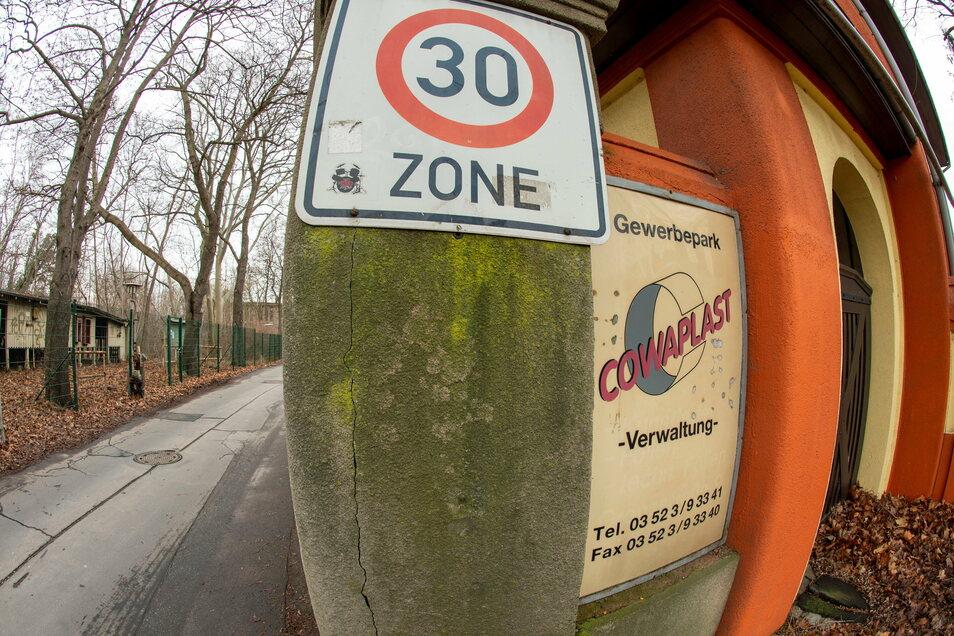 Die Einfahrt zur ehemaligen Cowaplast - jetzt ein Gewerbepark, der nur zu Teilen vermietet ist.