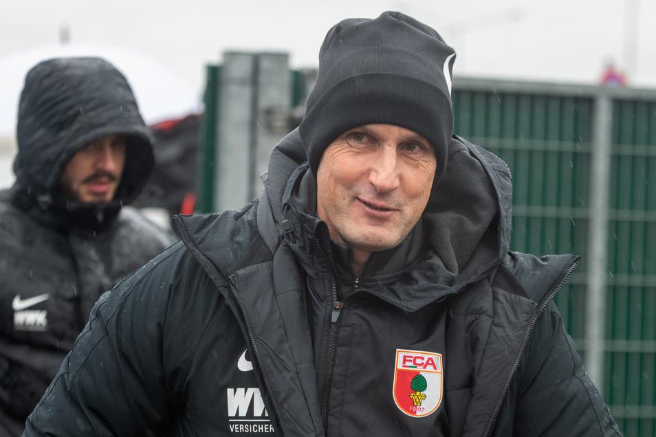 Sein Debüt als Bundesliga-Trainer des FC Augsburg an diesem Wochenende fällt aus: Heiko Herrlich hat gegen die Regeln des DFL-Hygienekonzepts verstoßen und zeigte sich selbst die Rote Karte.