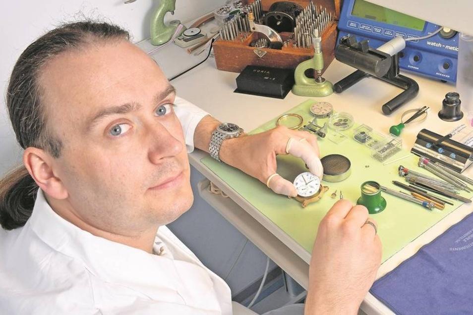 Pierre Heinrich, der im Prototypenbau der Firma Mühle arbeitet, bereitet die Serienfertigung des neuen Uhrenmodells Robert Mühle. Es wurde gestern der Öffentlichkeit vorgestellt. Fotos: Egbert Kamprath/PR