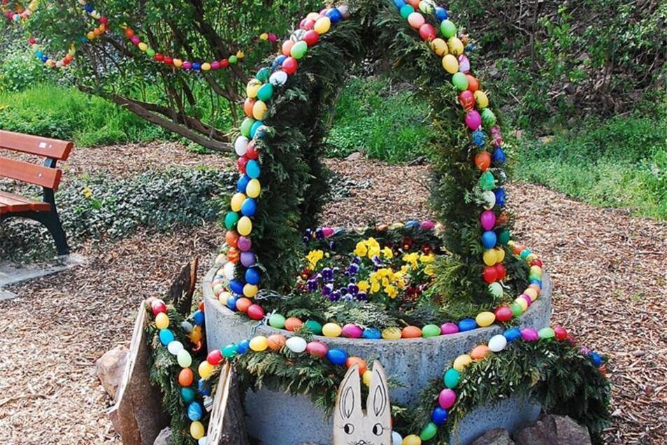 Mitten im Ort haben die Zehrener einen Osterbrunnen aufgestellt.