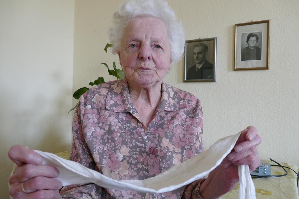 Edelgard Pinkert hat eine Schutzmaske aufbewahrt, die sie 1943 selbst nähte. Die heute 90-Jährige aus Roßwein arbeitete im Sozialamt, als bei Kriegsende Tausende Flüchtlinge in der Stadt ankamen.