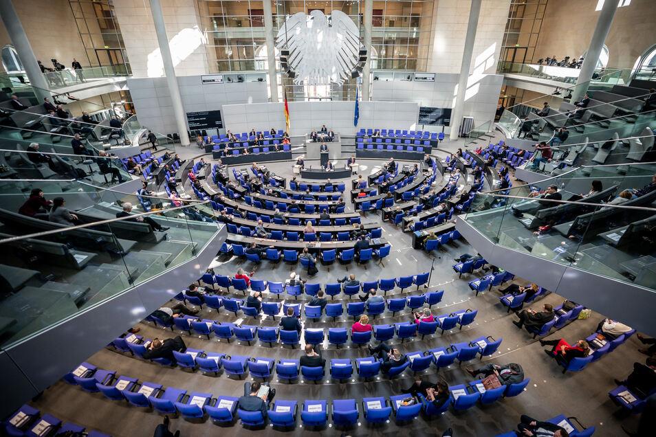 Die Parlamentarier debattieren heute im Bundestag. Dabei blieben jeweils zwei Plätze zwischen den Bundestagsabgeordneten frei.
