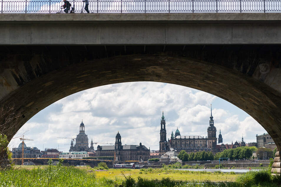 Blick durch einen Brückenbogen der Marienbrücke auf Dresden: Die Debatte um die Corona-Folgen bringt nun eine mögliche Wendung, Schulden nicht mehr grundsätzlich auszuschließen.