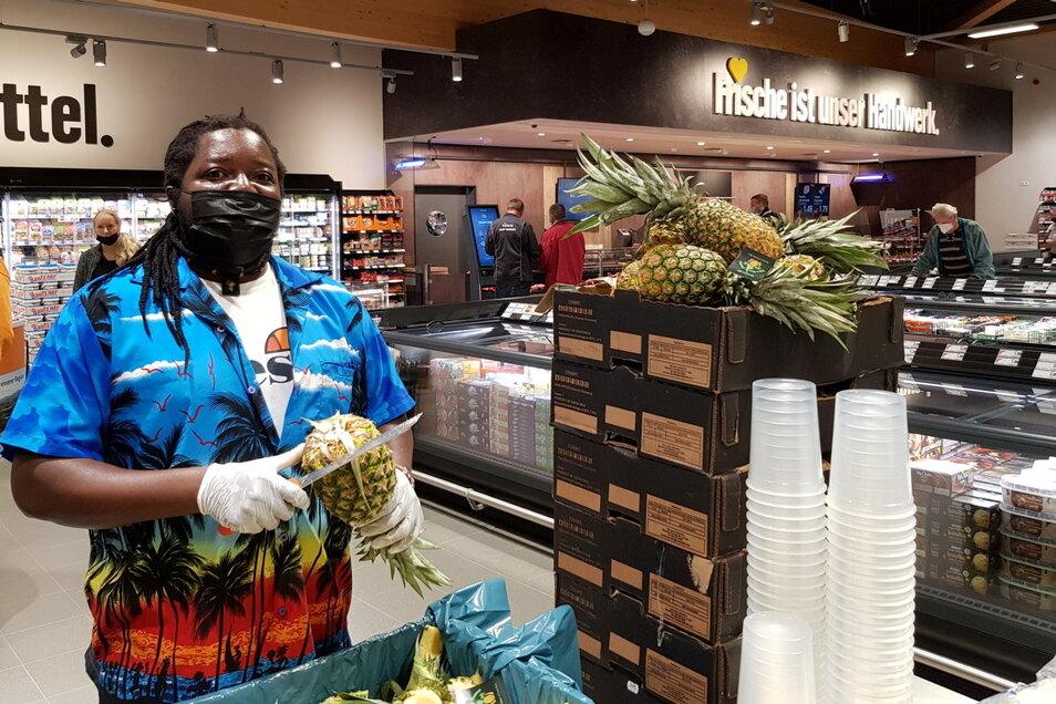 Am Eröffnungstag gab es für die ersten Kunden allerhand zum Probieren. Rama Chigwalo etwa bot frischgeschnittene Ananas zum Kosten an.