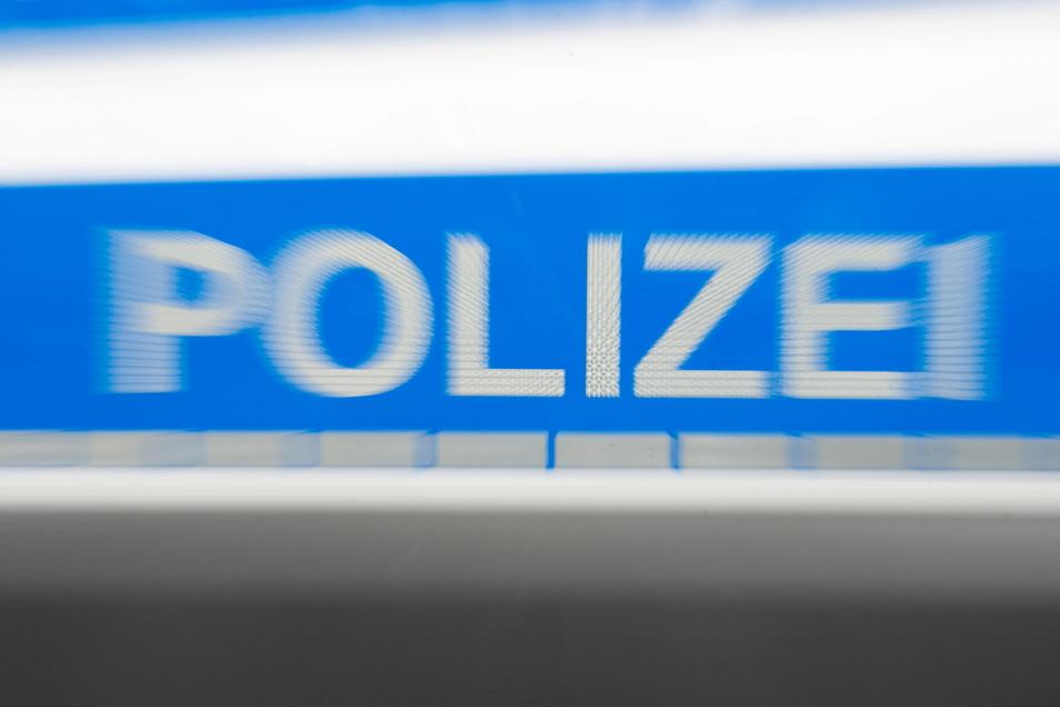 Unbekannte haben ein Motorrad von einem Grundstück an der Oschatzer Straße entwendet.