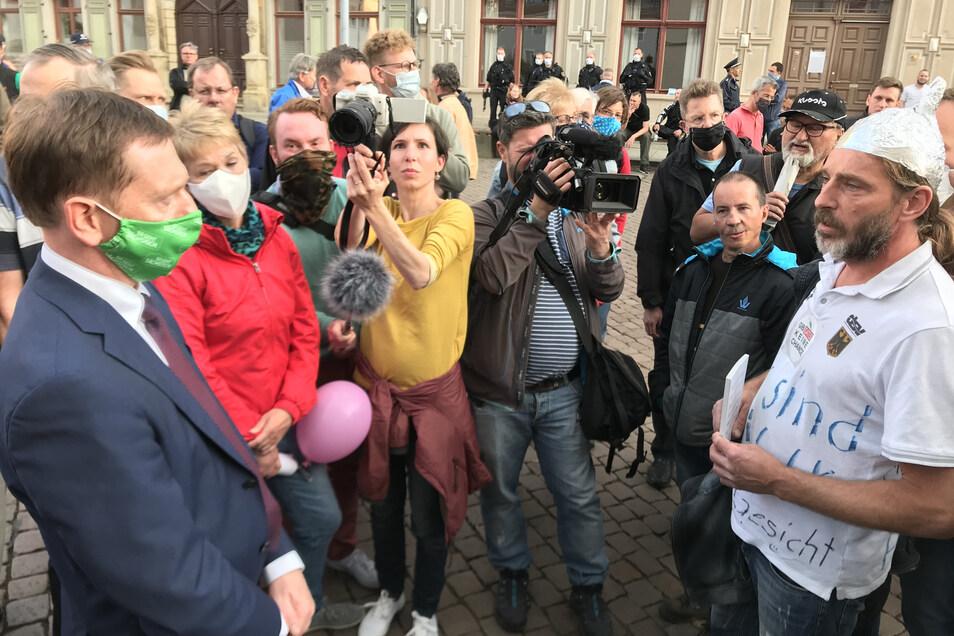 Sachsens Ministerpräsident Kretschmer, Alhutträger auf dem Pirnaer Markt: Ohne Sorge, dass die Argumente ausgehen könnten.
